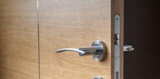 Drzwi zewnętrzne z naświetlem – stylowe i praktyczne!